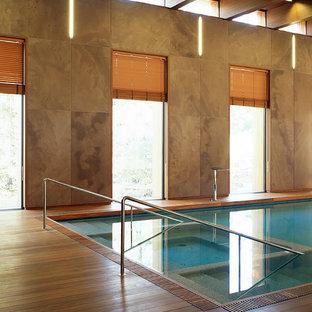 Immagine di una grande piscina coperta monocorsia industriale rettangolare con pedane