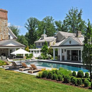Ejemplo de casa de la piscina y piscina clásica rectangular
