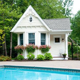 Modelo de casa de la piscina y piscina tradicional, de tamaño medio, rectangular, en patio trasero