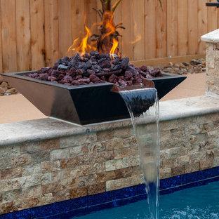 Foto de piscinas y jacuzzis contemporáneos, de tamaño medio, rectangulares, en patio trasero, con suelo de hormigón estampado
