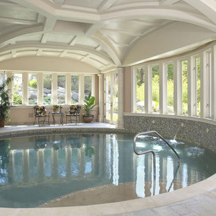 Foto de casa de la piscina y piscina natural, tradicional, extra grande, interior y redondeada, con suelo de baldosas