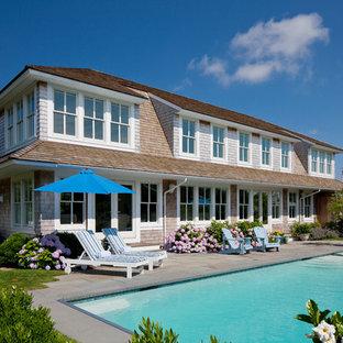 Diseño de piscinas y jacuzzis alargados, costeros, grandes, rectangulares, en patio lateral, con adoquines de hormigón
