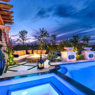 Modelo de piscinas y jacuzzis alargados, románticos, extra grandes, a medida, en patio trasero, con adoquines de piedra natural