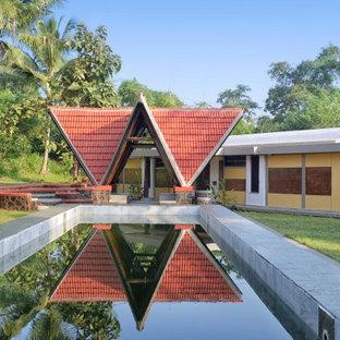 Modelo de casa de la piscina y piscina natural, de estilo de casa de campo, extra grande, rectangular, en patio delantero, con adoquines de piedra natural