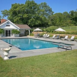 Ejemplo de casa de la piscina y piscina de estilo de casa de campo rectangular