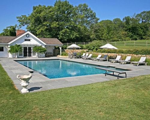 Outdoor gestaltung mit poolhaus im landhausstil ideen f r - Rechteckiger pool ...