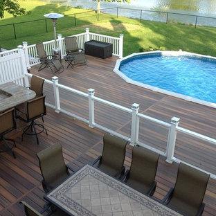 Diseño de piscina elevada, actual, grande, a medida, en patio trasero, con entablado
