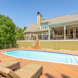 Ispirazione per una piscina monocorsia classica personalizzata di medie dimensioni e dietro casa con pedane