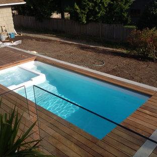 Ispirazione per una piccola piscina naturale design rettangolare dietro casa con una vasca idromassaggio e pedane