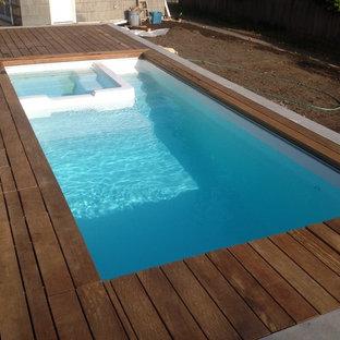 Modelo de piscinas y jacuzzis naturales, actuales, pequeños, rectangulares, en patio trasero, con entablado