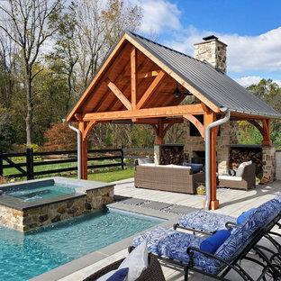Diseño de piscinas y jacuzzis de estilo de casa de campo, grandes, a medida, en patio trasero, con adoquines de hormigón