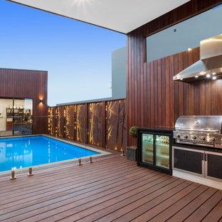 """Idee per una piscina fuori terra minimalista a """"L"""" di medie dimensioni e dietro casa con una dépendance a bordo piscina e pedane"""