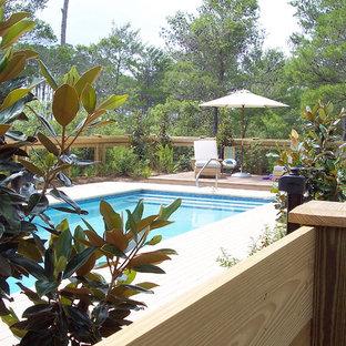 Ejemplo de piscina con fuente alargada, marinera, pequeña, rectangular, en patio trasero, con adoquines de hormigón