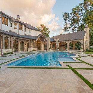 Ejemplo de piscinas y jacuzzis clásicos, a medida, en patio trasero