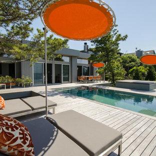 Modelo de piscinas y jacuzzis infinitos, retro, de tamaño medio, rectangulares, en patio trasero, con entablado