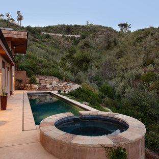 Imagen de piscinas y jacuzzis alargados, contemporáneos, grandes, rectangulares, en patio lateral, con suelo de hormigón estampado