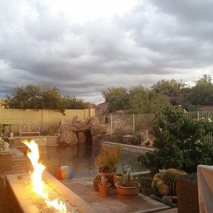 Ejemplo de piscina con fuente natural, contemporánea, de tamaño medio, rectangular, en patio trasero, con entablado