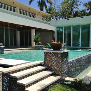 Pool - contemporary infinity pool idea in Miami