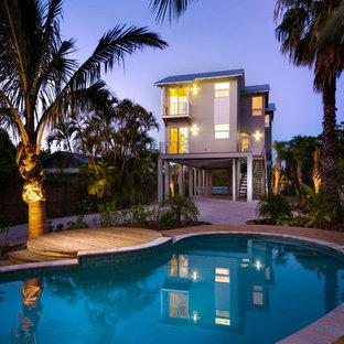 Foto de piscina costera, pequeña, tipo riñón, en patio delantero, con entablado
