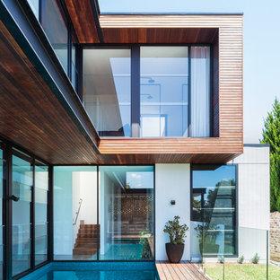 Imagen de piscina natural, contemporánea, rectangular, en patio trasero, con entablado