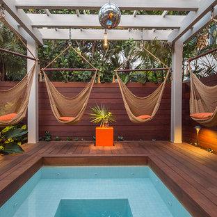 Imagen de piscina exótica, pequeña, con entablado