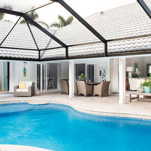 Großer Maritimer Schwimmteich hinter dem Haus in Nierenform mit Natursteinplatten in Miami
