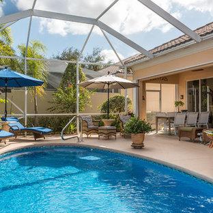 Esempio di una piscina coperta minimal rotonda di medie dimensioni con una dépendance a bordo piscina e pavimentazioni in cemento