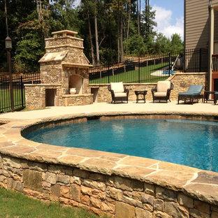 Idee per una piscina naturale tradizionale personalizzata di medie dimensioni e dietro casa con pavimentazioni in pietra naturale