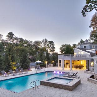 Diseño de piscinas y jacuzzis alargados, clásicos, de tamaño medio, rectangulares, en patio trasero, con adoquines de piedra natural