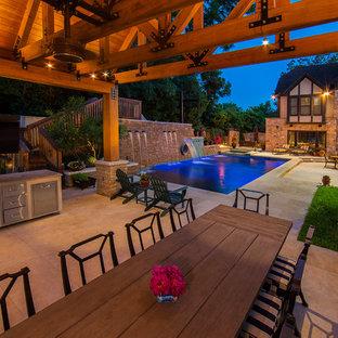 Diseño de piscina con tobogán alargada, campestre, grande, rectangular, en patio lateral, con adoquines de piedra natural