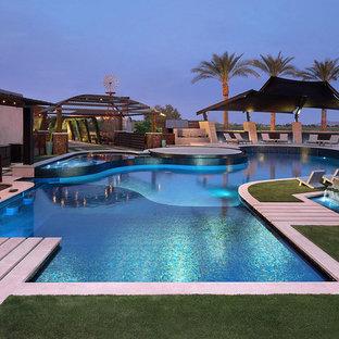 Modelo de piscinas y jacuzzis contemporáneos, extra grandes, a medida, en patio trasero, con suelo de hormigón estampado