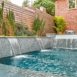 Diseño de piscina con fuente infinita, moderna, de tamaño medio, rectangular, en patio, con losas de hormigón