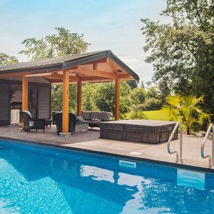 Diseño de casa de la piscina y piscina alargada, retro, de tamaño medio, rectangular, en patio trasero, con suelo de baldosas