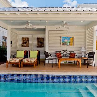 Diseño de casa de la piscina y piscina natural, marinera, de tamaño medio, rectangular, en patio, con suelo de baldosas