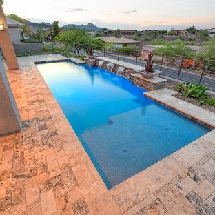 Diseño de piscina con fuente actual, de tamaño medio, rectangular, en patio, con adoquines de piedra natural
