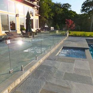 Foto de piscina natural, moderna, de tamaño medio, rectangular, en patio trasero, con suelo de baldosas