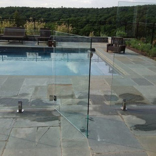 Imagen de piscina natural, minimalista, de tamaño medio, rectangular, en patio trasero, con suelo de baldosas