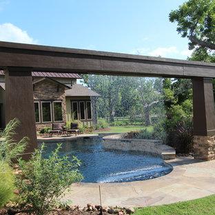 Modelo de piscina con fuente rural, grande, a medida, en patio trasero, con suelo de baldosas
