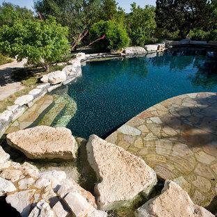 Foto de piscinas y jacuzzis naturales, campestres, de tamaño medio, a medida, en patio trasero, con adoquines de piedra natural