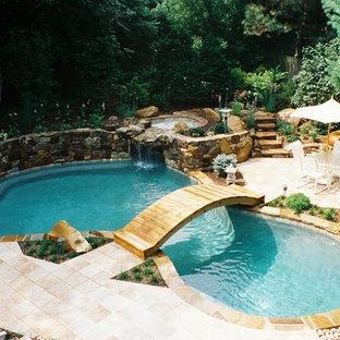 Diseño de piscinas y jacuzzis rústicos, de tamaño medio, a medida, en patio trasero, con adoquines de piedra natural