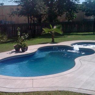 Ejemplo de piscina minimalista, pequeña, interior y a medida, con losas de hormigón