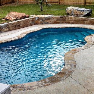 Imagen de piscina con fuente minimalista, pequeña, interior y a medida, con losas de hormigón