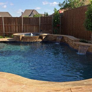 Inspiration pour une grand piscine naturelle et arrière sud-ouest américain sur mesure avec un bain bouillonnant et des pavés en pierre naturelle.
