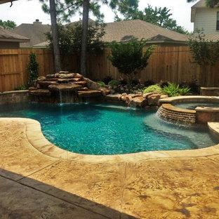 Foto de piscina con fuente moderna, grande, a medida, en patio trasero, con suelo de hormigón estampado