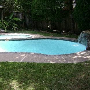 Ejemplo de piscina clásica renovada, a medida, en patio trasero, con granito descompuesto