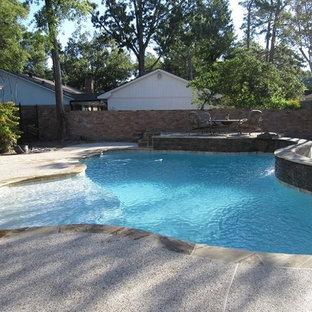 Modelo de piscina clásica renovada, a medida, en patio trasero, con granito descompuesto