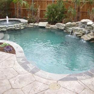 Imagen de piscinas y jacuzzis clásicos, pequeños, a medida, en patio trasero, con adoquines de piedra natural