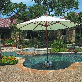 Großer Mediterraner Pool hinter dem Haus in individueller Form in Austin