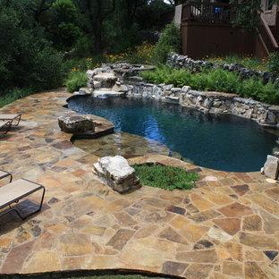 Diseño de piscina con fuente rústica, de tamaño medio, tipo riñón y interior, con entablado