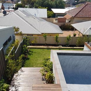 Foto de piscina elevada, de estilo zen, pequeña, rectangular, en patio trasero, con entablado